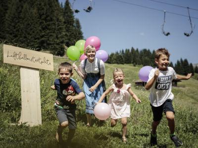 Spielende Kinder mit Luftballons Hotel Stäfeli Lech am Arlberg